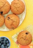 Muffin di crusca casalinghi del mirtillo Immagini Stock