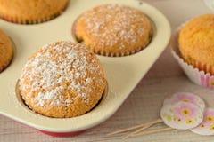 Muffin di estate con gli ingredienti sani e semplici fotografia stock libera da diritti