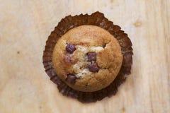 Muffin di pepita di cioccolato su un bordo di legno Immagine Stock Libera da Diritti