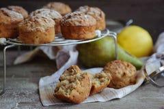 Muffin di recente al forno con la pera e la mela Fotografia Stock