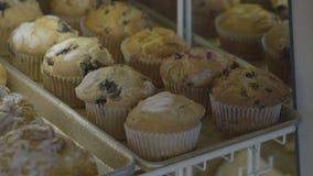 Muffin di recente al forno del breafast disposti nel caso archivi video