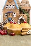 Muffin di recente al forno del mirtillo rosso durante il nuovo anno Immagini Stock