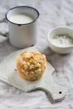 Muffin e tazza di latte su una superficie leggera Immagini Stock