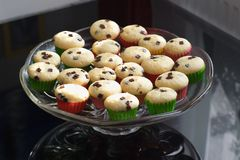 Muffin eller muffin på den glass bunken eller den platta specificerade bilden Hemlagade muffin med isolerade chokladstycken Royaltyfri Fotografi
