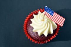 Muffin eller muffin som dekoreras med amerikanska flaggan på 4th det juli partiet Royaltyfri Fotografi