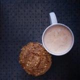 Muffin en cappuccino's Royalty-vrije Stock Foto's