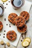 Muffin för banan för chokladchiper med kaffe royaltyfri fotografi
