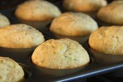 Muffin för bananbröd som bakar i en konvektionugn Guld- brunt a Arkivbilder