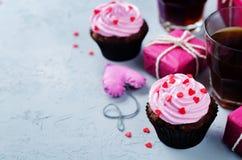 Muffin för choklad för chokladchiper för dag för valentin` s fotografering för bildbyråer