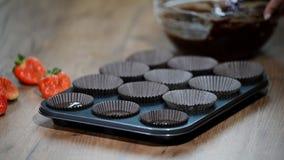 Muffin för en kvinnadanandechoklad Hällande kakablandning in i pannan lager videofilmer