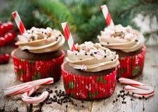 Muffin för jul och för nytt år - chokladkakor med kräm, sp Arkivfoto