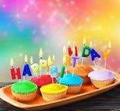 Muffin för lycklig födelsedag med stearinljus Royaltyfri Fotografi