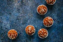 Muffin för morotkaka med muttrar, russin och havre på en blå sten royaltyfri foto