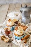 Muffin för morotkaka med smörkrämglasyr på kaka royaltyfria foton