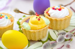 Muffin för vårhöna med påskägg Arkivbilder