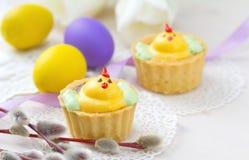 Muffin för vårhöna med påskägg Royaltyfria Bilder