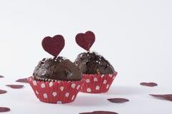 Muffin för valentin` s med blänkte hjärtor Arkivbild