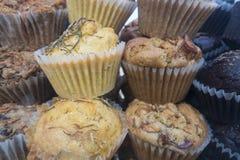 Muffin fatti domestici organici con gli interi grani ed ingredienti fotografie stock