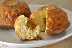 Muffin fresco due farcito con latte condensato bollito Fotografie Stock Libere da Diritti