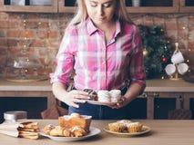 Muffin fresco femminile delle pasticcerie del forno dolce casalingo immagine stock libera da diritti