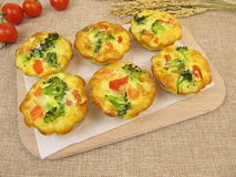 Muffin Frittatas mit Reis, Karotten, Brokkoli und Tomaten stockbild