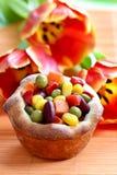 Muffin fyllde med grönsaker på den orange tabelltorkduken Arkivbilder