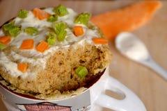 Muffin i en kopp med kanderad frukt Fotografering för Bildbyråer