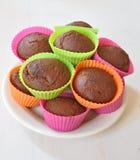 Muffin i färgglade plast- koppar Arkivfoto