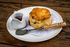 Muffin im weißen Teller lizenzfreie stockbilder
