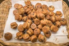 Muffin im Weidenkorb stockfotos
