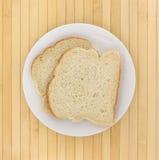 Muffin inglese che tosta le fette del pane su un piatto Fotografia Stock