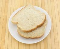 Muffin inglese che tosta le fette del pane su un piatto Immagini Stock Libere da Diritti