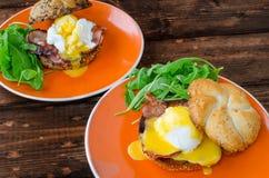 Muffin inglese con bacon, uovo alla benedict fotografie stock libere da diritti