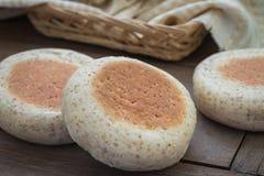 Muffin inglesi del grano intero sulla tavola di legno Immagini Stock