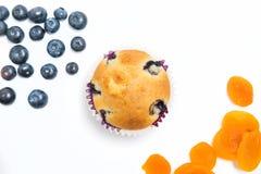 Muffin med över huvudet sho för blåbär och för aprikors Arkivfoton