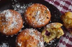 Muffin med blandade bär arkivfoton