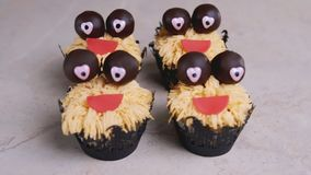 Muffin med chokladögon och rött leende för den grymma säger miniatyrreaperen halloween för kalenderbegreppsdatumet lyckliga holdi arkivfilmer