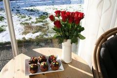 Muffin med choklad och röda rosor Arkivfoton