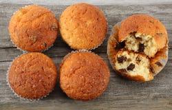 Muffin med choklad på den gamla trätabellen Top beskådar Arkivbild