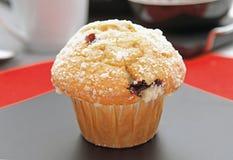 Muffin med choklad på en platta arkivfoton