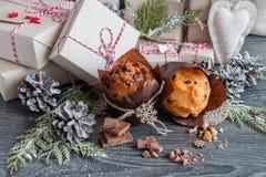 Muffin med chokladgåvor och kottar Royaltyfria Foton