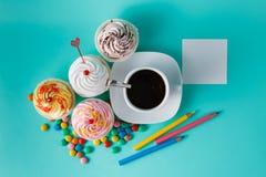 Muffin med den färgrika konfetti- och kaffekoppen Royaltyfria Foton