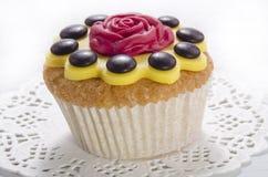 Muffin med den gula isläggningblomman Royaltyfri Foto