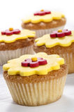 Muffin med den gula isläggningblomman Royaltyfria Bilder