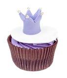 Muffin med den isolerade kronan Royaltyfri Foto
