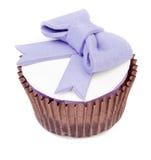 Muffin med den isolerade pilbågen Arkivbild