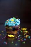 Muffin med den kräm- hatten caken Arkivbild