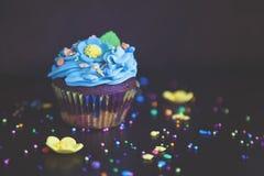 Muffin med den kräm- hatten caken Royaltyfri Foto