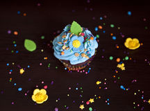 Muffin med den kräm- hatten caken Royaltyfri Bild