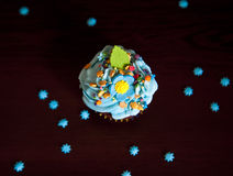 Muffin med den kräm- hatten caken Arkivfoto